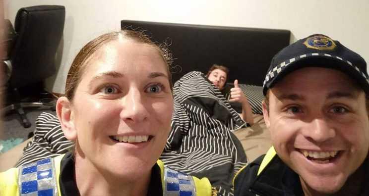 Policiais fazem selfie com bêbado para lembrá-lo como chegou em casa