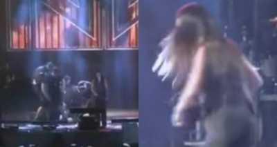 Homem invade palco, derruba Simaria e leva soco de Simone Foto: Reprodução/YouTube