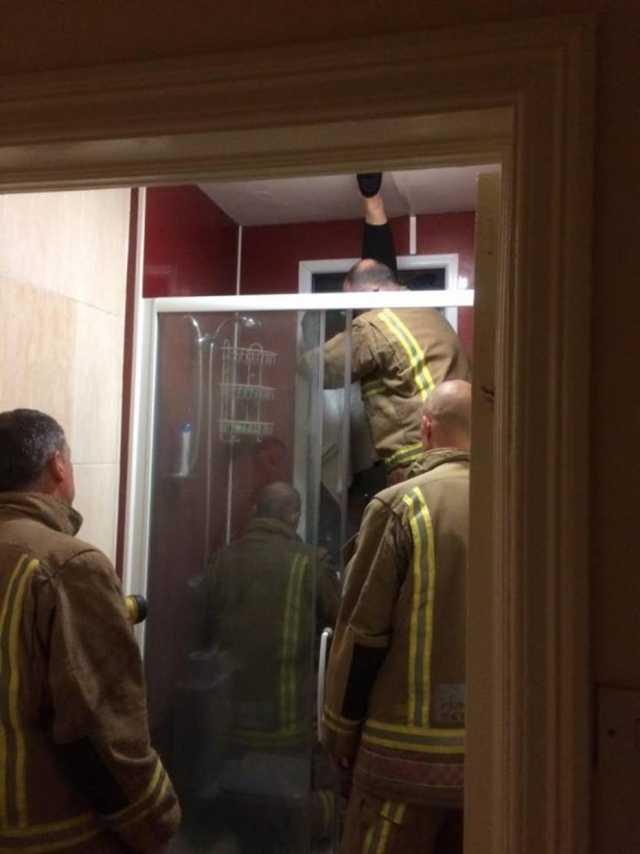 Para resgatar fezes, mulher fica presa em janela durante encontro romântico / Divulgação