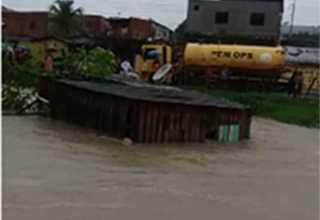 Durante temporal casas são arrasta pela correnteza em Manaus - Imagem de reprodução: Youtube