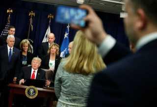 Trump durante a cerimônia de assinatura da ordem que, entre outras coisas, destina verbas para o muro na fronteira (Foto: Reuters/Jonathan Ernst)