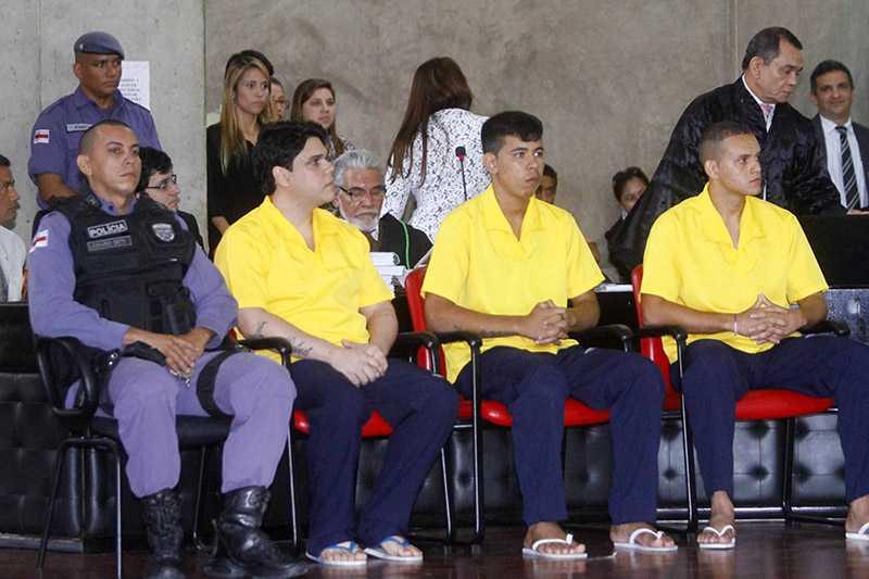 Os três réus acompanham o depoimento das testemunhas.