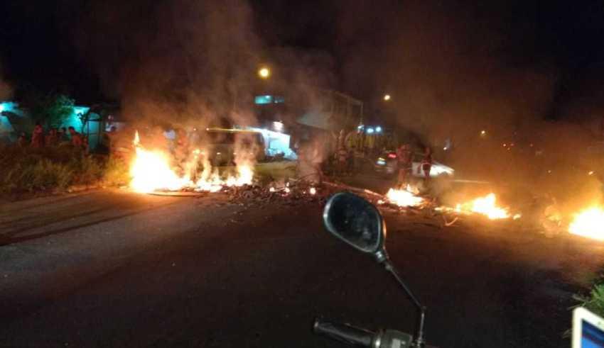Moradores do Conjunto João Paulo 2 incendeiam e fecham trecho de avenida / Foto : Éder Serrão