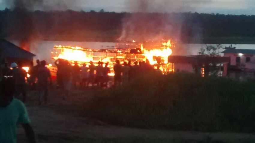 Explosão de Pontão de Combustível incendeia embarcações / Divulgação via Whatsapp