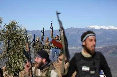Membros do Exército Livre da Síria apoiam curdos em Afrin / Reuters