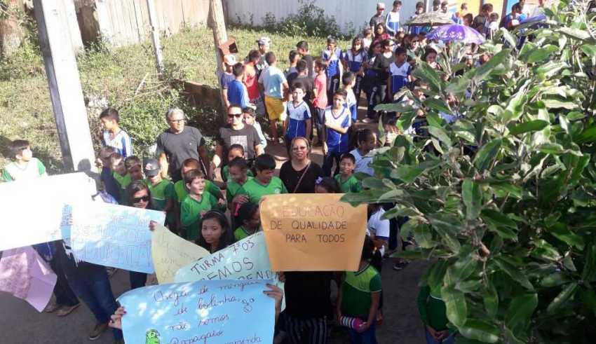 Professores e alunos vão às ruas em Uatumã, cobrar do Governo melhores condições de trabalho / Foto : Divulgação