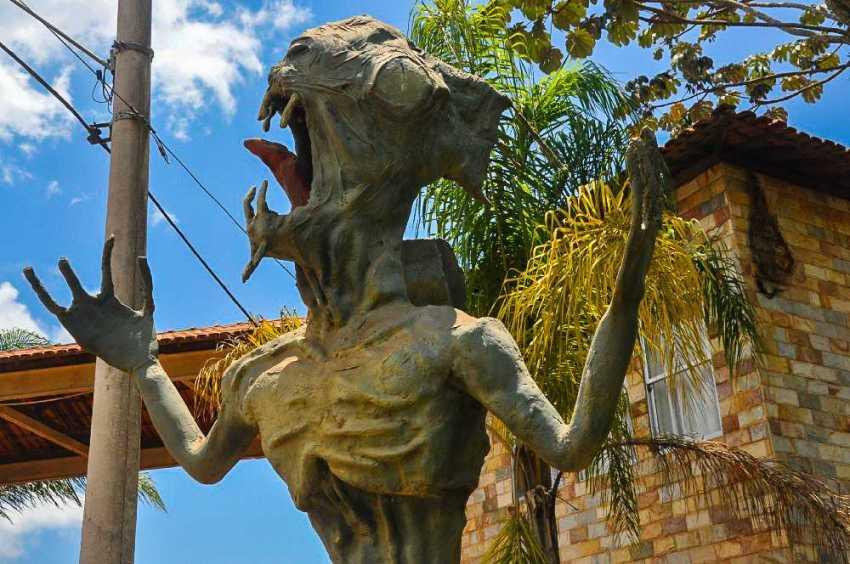 Estátua do Caboclo D'água confeccionadas pelos artistas Ayrton Pyrtz e Ricardo Resende, ambos de Ponte Nova