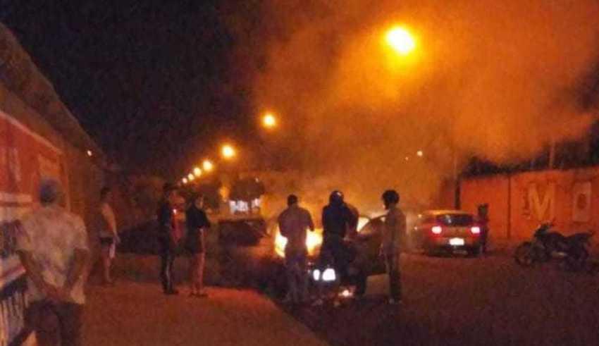 Homem coloca fogo em carro em frente a motel de Itumbiara, Goiás (Foto: Reprodução/TV Anhanguera)