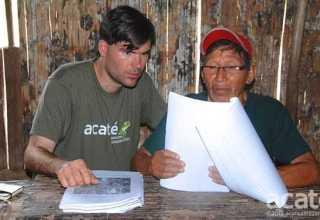 Chris Herndon (esquerda) e o xamã Arturo (direita), observam um rascunho da nova enciclopédia. Foto: Acaté.