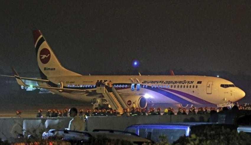 Avião da Biman Bangladesh Airlines faz pouso de emergência no aeroporto de Chittagong após uma tentativa frustrada de sequestro no domingo (24) / Foto: Associated Press