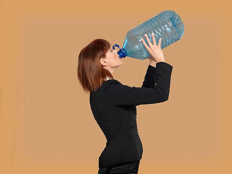 Dá pra perceber que a garrafa tá vazia, mana, para com o teu migué. / Foto: Shutterstock