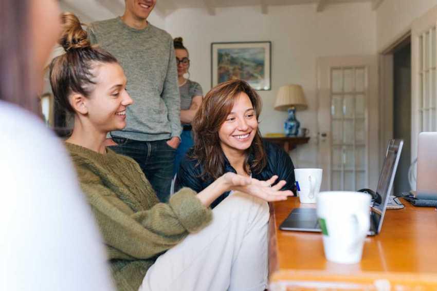 Passatempos em grupo vão desde jantares caseiros com receitas tiradas da internet até passatempos tradicionais como o poker / Foto by Fox/CC0 Public Domain