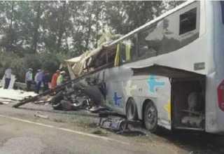 Ônibus com 69 pessoas a borda, entra na contra mão e se choca contra um caminhão que viajavam outras 3 pessoas