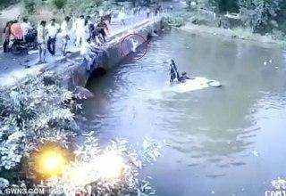 Motorista na Índia joga criança na ponte para salvá-lo de afundar carro