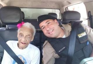 Idosa DE 101 anos realiza sonho de andar em carro da polícia / foto : Divulgação