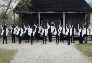 Estudantes negros de medicina posam para foto em antiga fazenda de escravos. / Foto : Reprodução Instagram