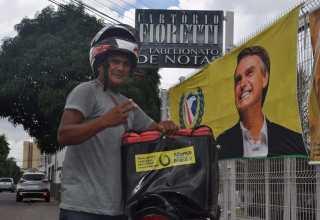 Motoqueira desceu para assinar a assinar a ficha de criação do partido Aliança pelo Brasil / Divulgação