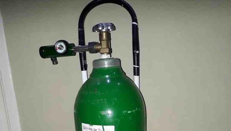 Prefeito usa cilindro de oxigênio para bombear chope em festa; mulher morre por falta de oxigênio
