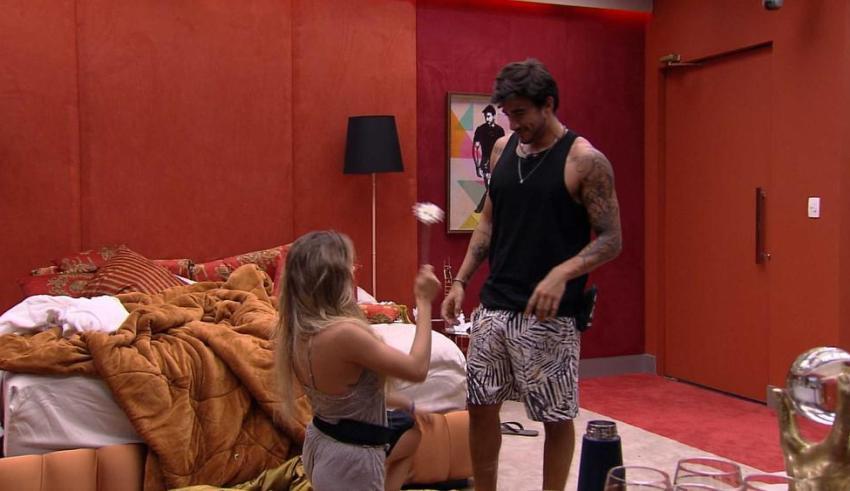 BBB20   Gabi se ajoelha e pede Gui em namoro (Foto: Reprodução)