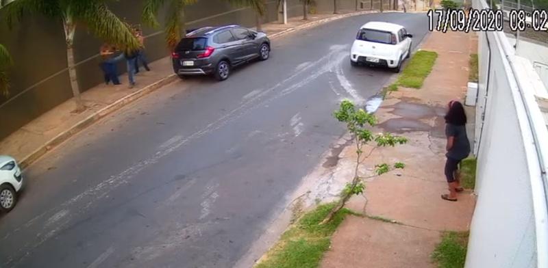 """Câmera de segurança registra momento em que bandido dá """"voadora"""" em mulher"""