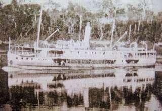 Uma foto do Vapor Paes de Carvalho, navegando pelas águas do rio Solimões, por ocasião de outra viagem, diferente do naufrágio terrível.