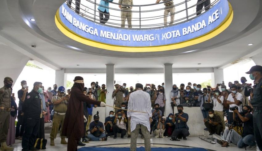 Homem acusado de manter relações sexuais com uma pessoa do mesmo sexo é açoitado em público na Indonésia em foto de 28 de janeiro de 2021 — Foto: Chaideer Mahyuddin/AFP