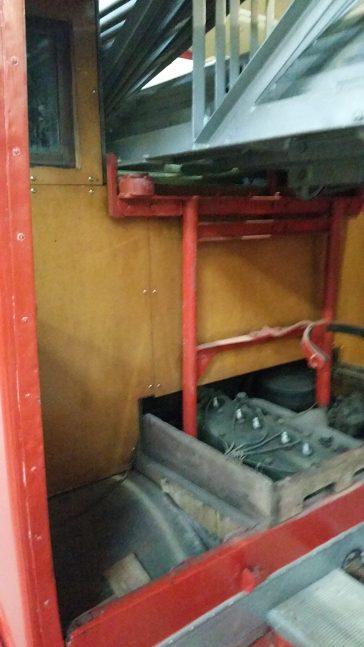 Der Motor liegt hinter und unter dem Fahrerhaus - in dem das vordere Ende der Leiter auch verschwindet.