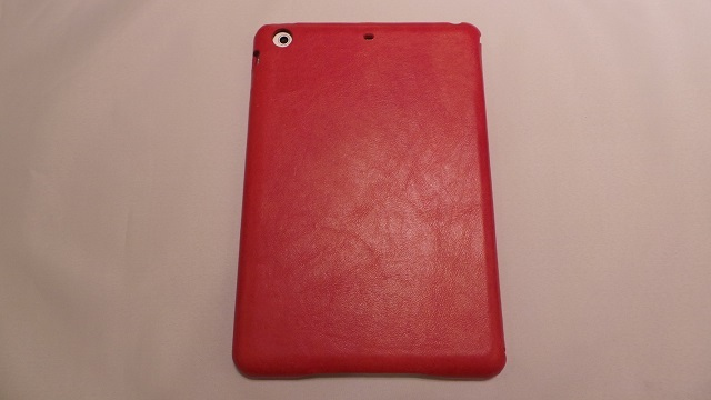iPad mini Retina用ケースで、裏面の上部にマイク用の穴が開いている