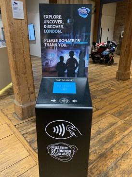 Spendensäule im Dockland Museum. Hier kann man 5 GBP für den Betrieb spenden. Eintritt zahlt man keinen. (@real_mos, 2019)