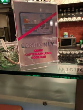 Köln Hbf im Jahr 2020. Die meisten anderen Läden haben inzwischen Terminals (@silent_mc)