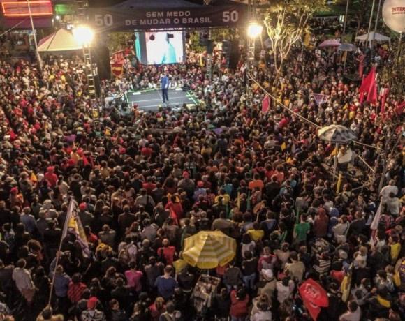 Milhares de pessoas no comício