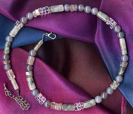 Achat, Bergkristall, Mondstein und Turmalinquarz als Halskette
