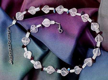 Rosenquarz, Granat und Mondstein als Halskette