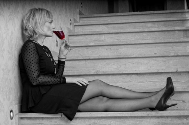 Sesja zdjęciowa 30-40-latki - W sukni wieczorowej na schodach.