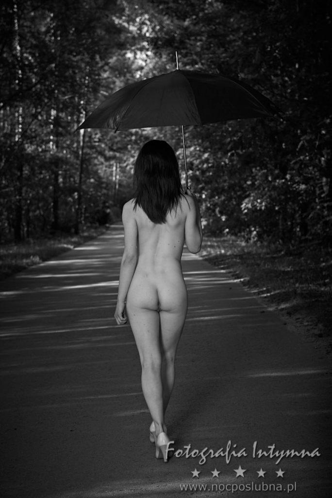 Letni kobiecy akt na łonie przyrody