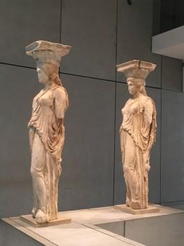 Vooraanzicht van twee Kariatiden - nieuw Acropolis Museum Athene