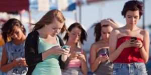 gente con su smartphone por tpv tienda online
