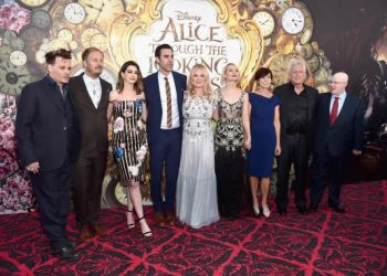 Actor Johnny Depp, director James Bobin, actors Anne Hathaway, Sacha Baron Cohen, producer Suzanne Todd, Mia Wasikowska, screenwriter Linda Wollverton, producer Joe Roth and actor Matt Lucas attend Disney's 'Alice Through the Looking Glass' premiere with the cast of the film, which included Johnny Depp, Anne Hathaway, Mia Wasikowska and Sacha Baron Cohen at the El Capitan Theatre on May 23, 2016 in Hollywood, California. (Photo by Alberto E. Rodriguez/Getty Images for Disney) *** Local Caption *** Johnny Depp; James Bobin; Anne Hathaway; Sacha Baron Cohen; Suzanne Todd; Mia Wasikowska; Linda Wolverton; Joe Roth; Matt Lucas - Foto: Alberto E. Rodriguez -