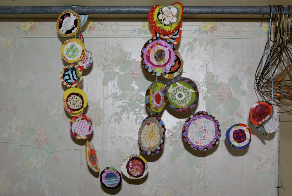 10 Easy Holiday Crafts Using Fabric Scraps Noelle O