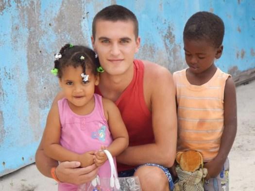 io con due bimbi incontrati durante l'escursione a Saona