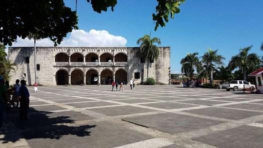 Ecoturismo a Santo Domingo passeggiando per il centro coloniale, tra cui l'Alcàzar de Colòn in Plaza de España