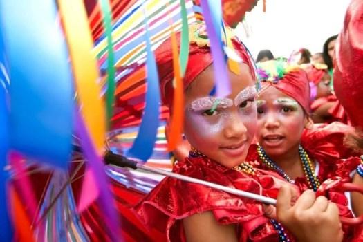 bambini in maschera al carnevale di Bonao
