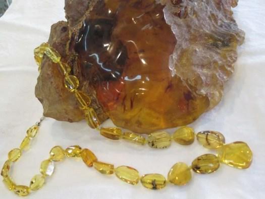 ambra al naturale e sotto forma di collana