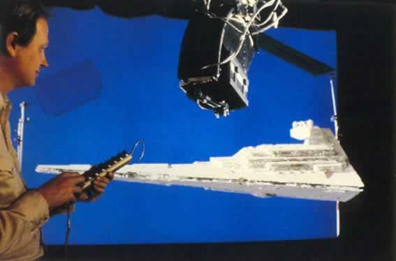 """Tecnologia utilizzata per la ripresa di un modellino di astronave sul set di """"Guerre Stellari"""". Sono visibili il fondo blu per le riprese in Blue-screen e la Dykstraflex"""