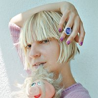 #Noentiendotupelo: Sia no enseña la cara, pero sí las tetas