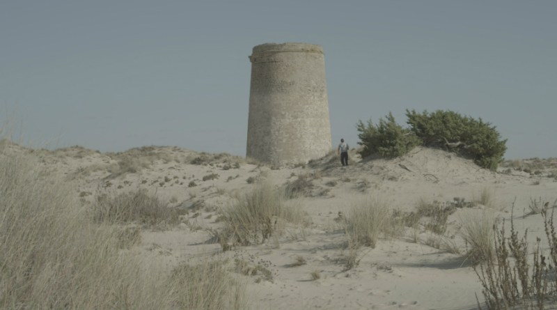 Crítica de 'El mar nos mira de lejos': Viendo la arena pasar