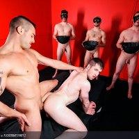 Jack Kross chupa la minga a Thyle Knox y se lo folla a pelo en una habitación con tres tios desnudos mirando | MASQULIN