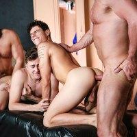 Kaleb Stryker, Dirk Caber, Zander Lane y Dale Savage montan una orgía sin condones y lechera entre caddys y daddys en los vestuarios | MEN
