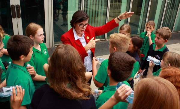 Cathy McGowan MP talks to the kids from Porepunkah Primary School at Parliament House, Canberra. Photo: @Jansant
