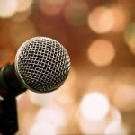 Un micrófono del otro lado del escenario